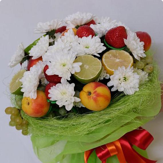 Фруктовый букет с белыми хризантемами